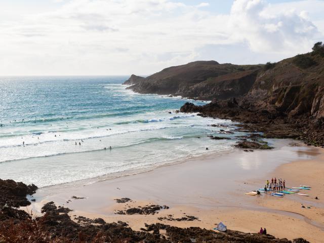 Plouzané - Surfeurs à la plage du Minou