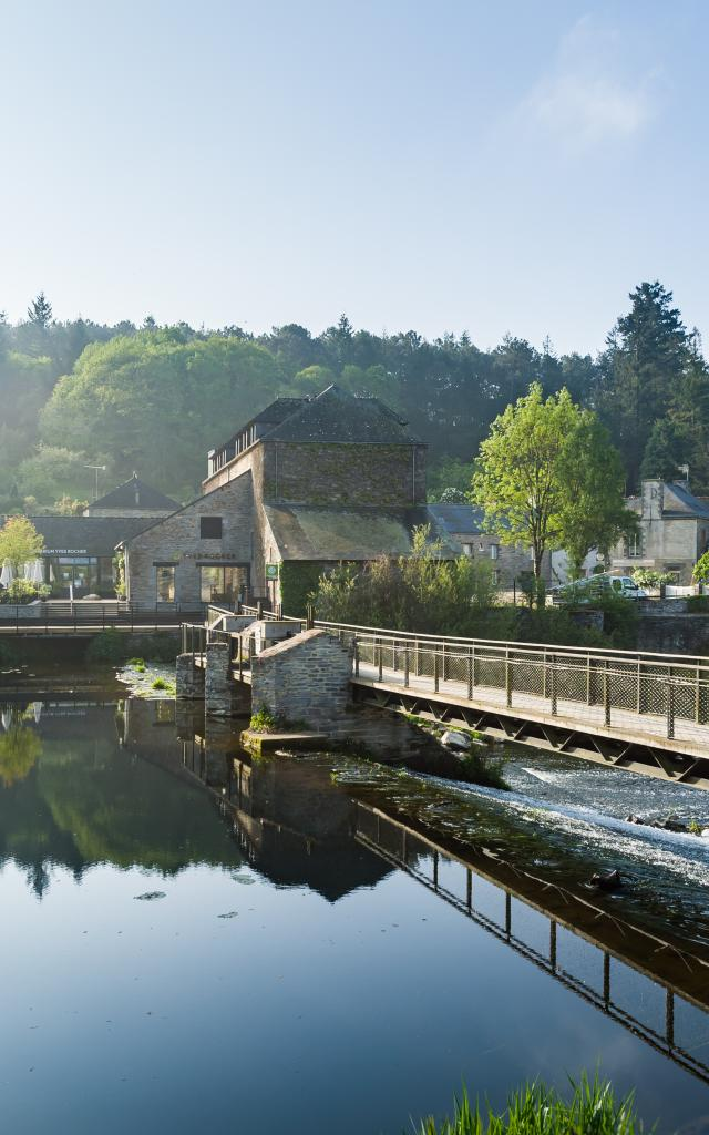 La Gacilly, la Maison Yves Rocher et la riviere l'Aff