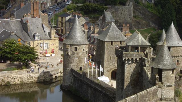 Vue plongeante sur l'entrée du Chateau de Fougeres