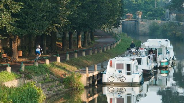 Malestroit, peniches sur l'Oust et le canal de Nantes a Brest le long de la promenade de Jedburgh.Vue sur l'Oust.