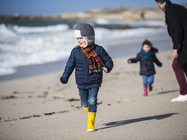 Enfants jouant sur la plage hors saison