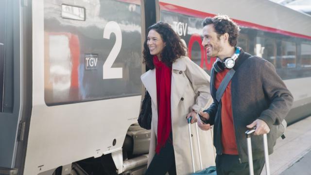 Clients sur le quai au départ d'un TGV INOUI